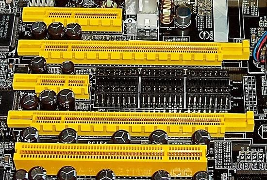 Sloturi PCI Express si PCI pe placa de baza